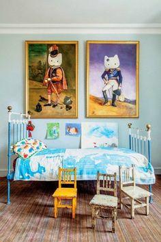 jolie chambre enfant avec grandes tableaux muraux d'art, comment assortir les couleurs
