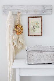 På soverommet har jeg et bitte lite hjørne..(soverommet vårt er nemlig det minste rommet i hele huset..:)hvor jeg dekorert med hvitt, nyt...