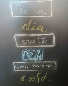Bom dia com a luz do sol iluminando a lousa de hoje que nem a cortina conseguiu segurar!  #domingo #cafe #cafedamanha #meucafezinho #coffee #coffeelovers #caffeine #amocafe #instacoffee #lousadadiiirce #chalk #chalkboard #chalkart #lettering #chalklettering