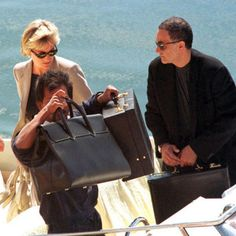 D and D arrive Cala di Volpe with tender Jonikal. In hand Diana note bag and shoes beige. Princess Diana And Dodi, Diana Dodi, Royal Princess, Princess Of Wales, Princesa Diana, Dodi Al Fayed, Royal Uk, Prinz William, Diane