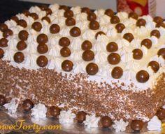 Duży tort śmietanowy  z dodatkiem masy krówkowej i maltesers