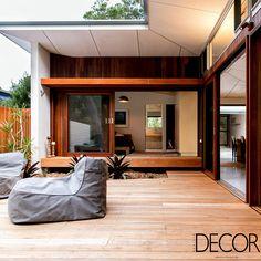 Com vista para colinas arborizadas, Blueys Beach House 4 está em perfeita harmonia com o entorno da região de New South Wales, Austrália.