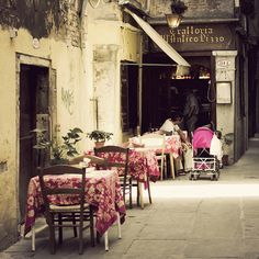 venice...looks like a great place to wile away the afternoon