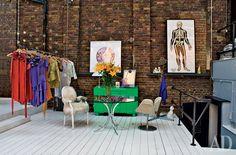 Уголок гостиной рядомслестницей на нижнийэтаж, где находится ателье Хуана Карлоса. Кресло Swan по дизайну Арне Якобсена дляFritz Hansen. Винтажныестол (1970-е годы) икомод(1960-е годы).