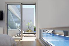 יציאה מחדר שינה לפינת ישיבה פרטית ליד הבריכה