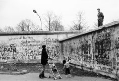 Mario Dondero :: An unusual conversation between citizens: the young mother who lives in the West and the border guard of the GDR, Berlin, 1989 [Two days before the fall of the Berlin Wall] Mario, Before The Fall, Pretty Images, History Of Photography, Berlin Wall, Great Photographers, Time Art, Photojournalism, Places To Travel