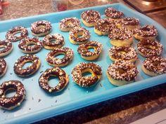 Domácí pečené donuty s čokoládovou polevou | recept. Donuty jsou obdobou našich koblih. V obchodech je seženete většinou Mini Cupcakes, Doughnut, Desserts, Food, Tailgate Desserts, Deserts, Essen, Postres, Meals