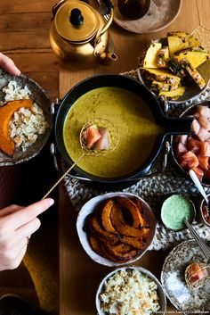 Indian fondue - Let your taste buds travel to the land of spices with our Indian fondue recipe based on a delicious - Fun Dinners For Kids, Fun Snacks For Kids, Dinner Recipes For Kids, Kids Meals, Kids Fun, Yummy Healthy Snacks, Vegetarian Recipes Dinner, Vegetarian Nuggets, Healthy Drinks