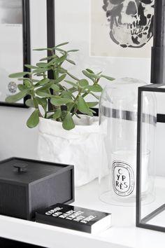 Black & white monochrome decor for home office / work desk Home Interior, Interior Styling, Interior And Exterior, Decorating Tips, Interior Decorating, By Lassen, Deco Floral, Beautiful Interior Design, White Home Decor