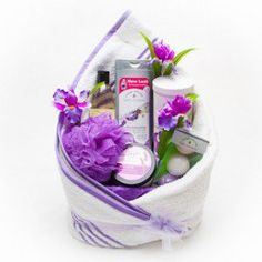 reating a spa gift basket is fun and easy. Spa gift baskets make an exquisite gift to give to celebrate a special birthday, a special thank you or for just about any reason. It can be filled with any selection of relaxing products and scents to promote re Mason Jar Gifts, Wine Gifts, Easy Gifts, Homemade Gifts, Spa Basket, Basket Ideas, Basket Gift, Boyfriend Gift Basket, Towel Cakes