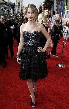 Taylor Swift, 'reina' de la música... y de la moda En la '`premiere' de 'Hannah Montana The Movie', Taylor llevó un vestido de escote 'corazón' y falda de vuelo, de Naeem Khan (colección otoño-invierno 2009-2010).