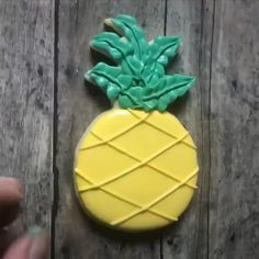 Pineapple Sugar Cookies for a tropical themed party using Ye.- Pineapple Sugar Cookies for a tropical themed party using Yellow Tinker Dust Pineapple Sugar Cookies for a tropical themed party using Yellow Tinker Dust - Luau Cookies, Summer Cookies, Baby Cookies, Flower Cookies, Valentine Cookies, Iced Cookies, Luau Birthday Cakes, Birthday Ideas, Homemade Sugar Cookies