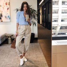 10 nice outfits to be the most chic of spring Classy Outfits, Chic Outfits, Spring Outfits, Fashion Outfits, Fancy Casual Outfits, Casual Trouser Outfit, Khaki Pants Outfit, Beige Pants, Fashionable Outfits