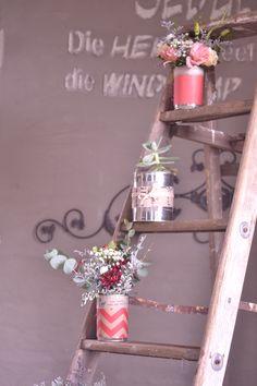 Absolutely loving the rustic ladder flower arrangement Rustic Ladder, Ladder Decor, Under Construction, Flower Arrangements, Interior Decorating, Weddings, Board, Flowers, Home Decor
