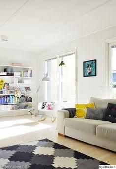 """""""Lifethrualens""""in olohuoneessa pirteät yksityiskohdat raikastavat ilmettä ihanasti. #styleroom #inspiroivakoti #olohuone"""