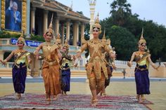 1 Century, Angkor Wat Cambodia, Khmer Empire, Royal Ballet, Traditional Fashion, Balinese, Asian Fashion, Dancer, The Past