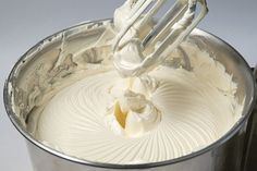 Recheio e cobertura 4 leites! Dê um toque de classe nos seus bolos com esse delicioso recheio! Vamos conhecer 2 modos diferentes de fazer. A primeira recei
