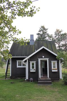 Jugend-huvilan musta pihamökki / Gardener's house Small Summer House, Small Tiny House, Tiny Cabins, Cabins And Cottages, Swedish Cottage, Tiny House Exterior, Dark House, Wooden House, Scandinavian Home