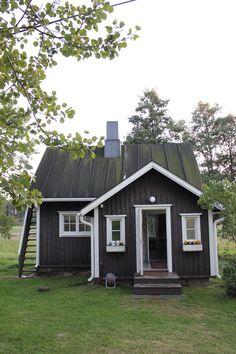 Tämä mitä suloisin musta pieni hirsimökki, puutarhurinmökki, löytyy Villa Zilliacuksen pihamaisemista Pienessä Lehtisaaressa. Kirjoitin paikasta edellisess