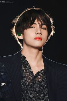 How does someone just stand there staring and, cause us army to become weak in the knees? The power of Kim Taehyung! V Taehyung, Bts Jungkook, Namjoon, Seokjin, K Pop, Daegu, Foto Bts, Sunshine Line, Bts Kim