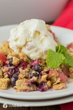 Warm mixed berries topped with crispy oats, make this Triple Berry Crisp a delicious fruit dessert! Serve it with a big scoop of vanilla ice cream or all by its self. It's delicious and a must have this season! Fruit Dessert, Easy Desserts, Dessert Recipes, Irish Recipes, Sweet Recipes, Quick Recipes, Healthy Recipes, Pear And Apple Crumble, Delicious Fruit