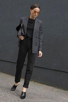 Office look all black, com blazer cinza e mule de salto.