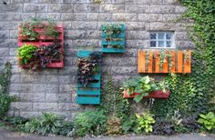 Recycling wooden pallets into pallet furniture and pallet garden projects has become very popular with people across the globe. Dream Garden, Garden Art, Garden Design, Garden Soil, Vegetable Garden, Garden Planters, Herb Garden, Garden Oasis, Diy Planters