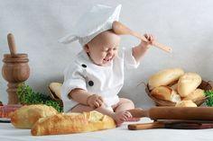 Simpático e à vontade com as fotos, Pedro também virou o chef de cozinha. O pequeno modelo fez graça com a colher de pau em meio ao cenário montado com muitos pães e itens de cozinha