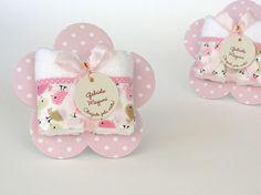 Lembranicnha super bacana para Maternidade: Toalhinha na embalagem de Florzinha!!!    --- Passarinho rosa com bege ---    A placa flor mede aproximadamente 15 x 15 cm e é feita em papelão revestido em tecido, possui verso branco, com perfeito acabamento de corte.  Toalha luxo tem as dimensões apr... Baby Shower Souvenirs, Diy Candles, Kids Online, Baby Boutique, Diy Paper, Party Gifts, Crochet Baby, Diy And Crafts, Baby Shoes