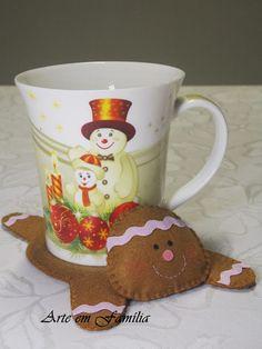Gingerbread man Mug Rug Gingerbread Crafts, Christmas Gingerbread, Felt Christmas, Christmas Crafts, Christmas Decorations, Christmas Ornaments, Christmas Fair Ideas, Felt Coasters, Felt Gifts