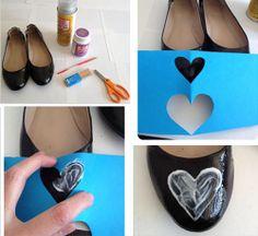 Customização de sapatilha - molde de coração passar cola 0 desenhe um coração no papel e recorte por dentro. Posicione o molde na parte da frente da sapatilha e o utilize o molde para aplicar cola na sapatilha.                                                                                                                                                     Mais