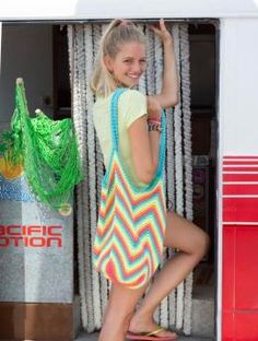 Free My Mountain Pattern Byron Bay: Enjoy carefree beach fun with this crochet beach bag in Schachenmayr original Boston. It has plenty of room for your bikini, shorts, t-shirt and beach towel. Funky and original: the bold colour combination and cool zig-zag pattern!