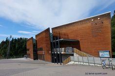 Lahden museorakennuksessa on mahdollista järjestää kokouksia ja tapahtumia. Ravintola Voiton hoitama moderni auditorio on erittäin suosittu ja edustava tila moneen tarkoitukseen. Talossa on myös Lahden hiihtomuseo, joka tarjoaa monipuolisia palveluita erilaisille ryhmille. Siellä voi myös testata hauskalla tavalla talvisia urheilulajeja, kuten mäkihyppyä ja hiihtoa. Museorakennus sijaitsee Lahden hyppyrimäkien vieressä.