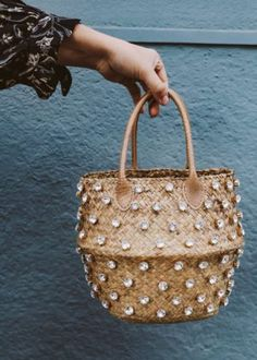 DIY Crystal Studded Straw Bag – Honestly WTF - ♥ create ♥ [ just in case there's spare time ] - Diy Fashion, Fashion Bags, Fashion Accessories, Fashion Ideas, Fashion Clothes, Fashion Trends, Diy Straw, Straw Bag, Diy Bag Refashion