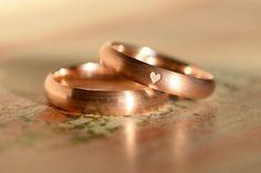 Dein ist mein ganzes Herz! Zarte rotgoldene Eheringe mit strichmatter Oberfläche, halbrundem Profil und einem kleinen, eingravierten Herzchen im Damenring.  Maße Damenring: 3,5 x 1,6     ...