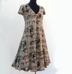 Dress short summer viscose fluid ecru and black, peacocks, short sleeves and V-neck designs Viscose Fabric, Dress Cuts, Peacocks, Summer Shorts, Cool Outfits, Creations, Short Sleeves, Short Sleeve Dresses, Feminine