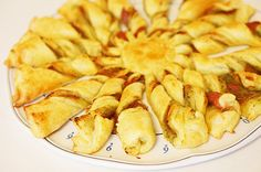 Sun pie for aperitifs. Express and friendly -and it changes mini cro . Snack Recipes, Cooking Recipes, Snacks, Cooking Ideas, Croissants, Appetizer Buffet, Food Inc, Cooking Cookies, Picnic Foods