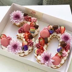 Birthday Cakes: 24 epic macaroon birthday cake ideas to inspire your next birthday celebrations. Girly Birthday Cakes, Ice Cream Birthday Cake, Fondant Flower Cake, Cupcake Cakes, Flower Cakes, Bolo Macaron, Beautiful Cakes, Amazing Cakes, Elegante Desserts