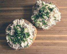 Rien comme de bonnes conserves pour dépanner. Pour ces toasts, on emploie du thon et des artichauts en boîte, deux incontournables du garde-manger. Sandwiches, Camembert Cheese, Cabbage, Brunch, Dairy, Keto, Vegetables, Healthy, Food