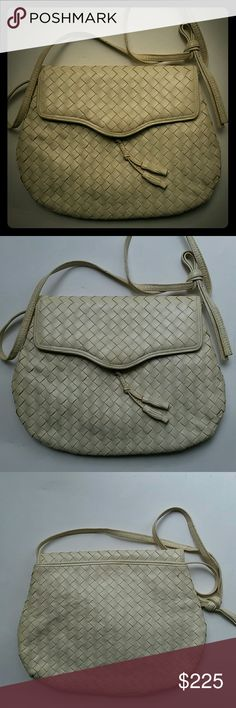 """VINTAGE woven leather Bottega Veneta purse This beautiful off-white Bottega Venetta purse was a gift from my mother-in-law. It's approximately 9"""" tall by 11"""" wide. Give it a new loving home and help me recouped marital losses. :-) Bags Shoulder Bags"""