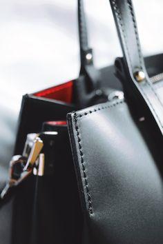 Italian leather bags - descopera gentiile realizate din piele naturala, fabricate in Italia. Respectand cele mai inalte standarde europene, cautam sa oferim clientelor produse de calitate la preturi accesibile. Mai, Wallet, Italia, Pocket Wallet, Diy Wallet, Purses, Purse