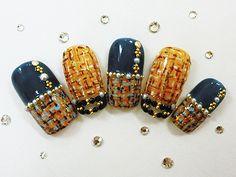 オータムイエローネイル|オータムイエローをベースにモザイク柄の様なチェックをアートした秋らしいエレガントなネイルです。