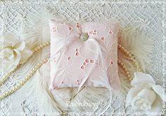 Ringkissen FIRST LOVE Weiß Apricot Strass Braut von Rosenknopf auf DaWanda.com
