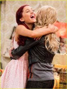 Sam and Cat: Ariana Grande Jennette McCurdy Photos Ariana Grande, Ariana Grande Cat, Justin Bieber, Sam E Cat, Icarly And Victorious, Jenette Mccurdy, Bilal Hassani, Cat Hug, Nickelodeon