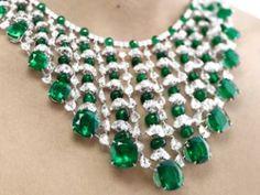 .Esmeraldas e diamantes compõem a linda gargantilha Chopard, jóia de uma beleza rara e muito bom gosto, avaliada em módicos 3 milhões de dólares.