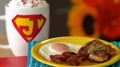 metropolis morning bacon and fried eggs. ♥ the idea on cooking bacon without the mess Father's Day Breakfast, Perfect Breakfast, Breakfast Dishes, Breakfast Recipes, Breakfast Ideas, Perfect Fried Egg, Fathers Day Brunch, Bacon Fries, Bacon In The Oven