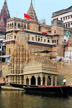 (via Sinking Temple, a photo from Uttar Pradesh, North | TrekEarth)    Varanasi, #India