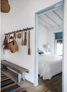 Love this and natural scheme with pale accents (Foto: Marco Antônio / Editora Globo) Wood Bedroom, Bedroom Decor, Bedroom Benches, Bedroom Rustic, Dream Beach Houses, Beach House Decor, Home Decor, House Plans, New Homes