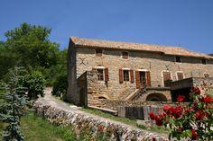 Le Soleilo, bâtisse aveyronnaise conjuguant patrimoine et modernité avec façade de pierres en arcades. Gîte de groupe de luxe à louer d'une capacité de 15 à 18 personnes dans les Gorges du Tarn www.lesoleilo.com