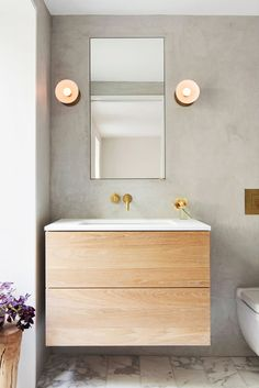 Want to make your tiny bathroom feel bigger and more organized? Follow these handy tips on how to decorate a small bathroom to make it feel larger.